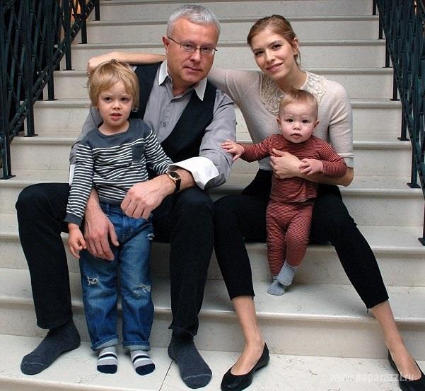 Елена Перминова выписалась с дочкой из роддома