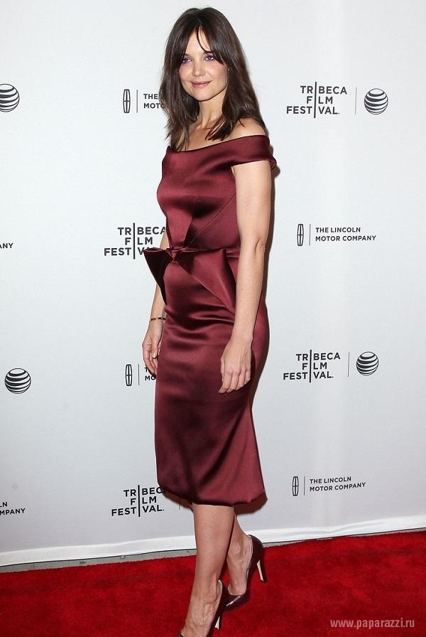 """Кэти Холмс надела белый наряд на премьеру своей """"черной"""" комедии"""
