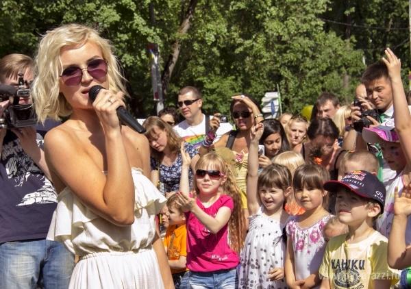 Полина Гагарина решила зарабатывать деньги на детях