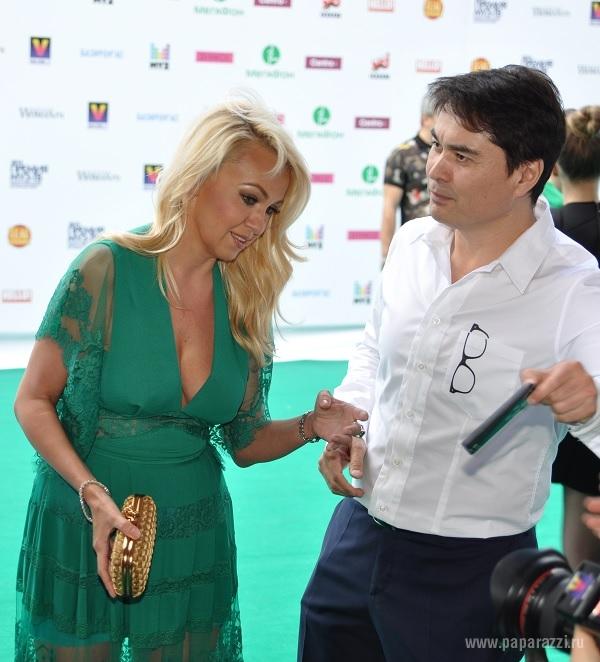 Лолита Милявская и Яна Рудковская поучаствовали в конкурсе декольте