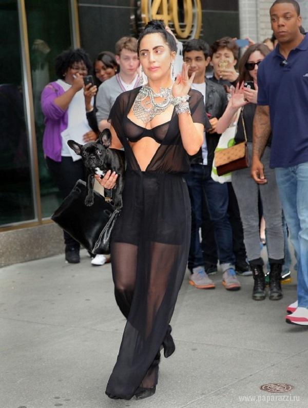 Леди Гага прошлась по городу в нижнем белье