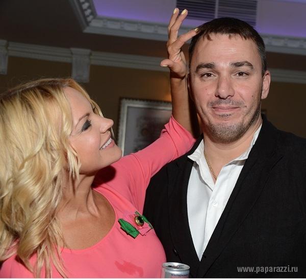 Кирилл Андреев застеснялся красивых девушек, а Беретта надела все лучшее сразу