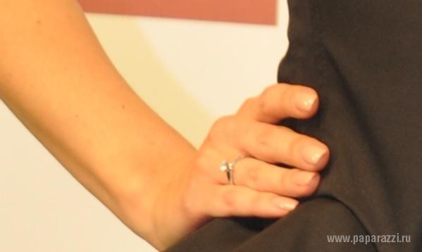 Полина Гагарина отмахнулась от журналистов, чтобы показать свое колечко