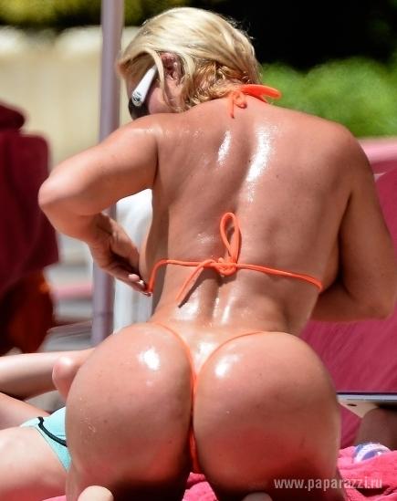 Николь Коко Остин подарила радостные моменты отдыхающим на пляже мужчинами и показала свою попку