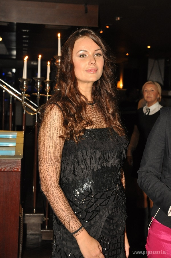 Оксана Федорова поменяла костюм на прозрачное платье