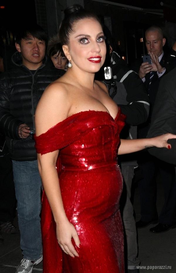 Леди Гага опубликовала снимок из кровати и показала себя и Адель без макияжа