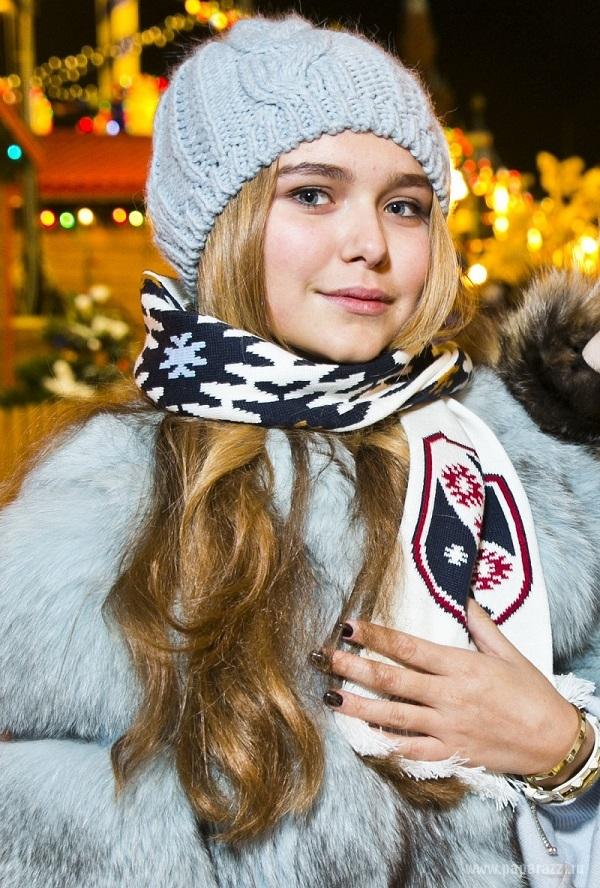 Стефания Маликова погуляла с подружкой на взрослой вечеринке