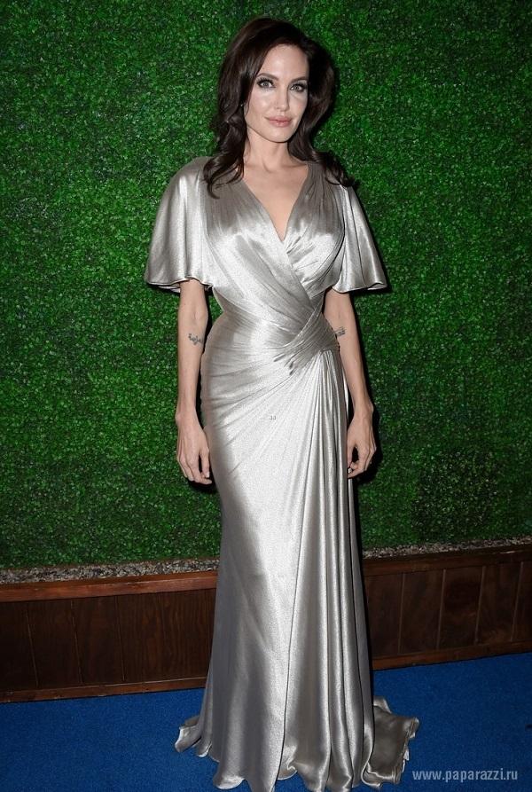 Дженнифер Энистон пришла на премию Critics' Choice со своим возлюбленным и глубоким декольте