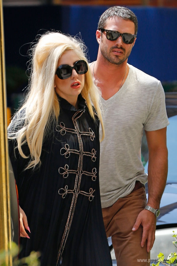 Леди Гага разместила фотографию кольца