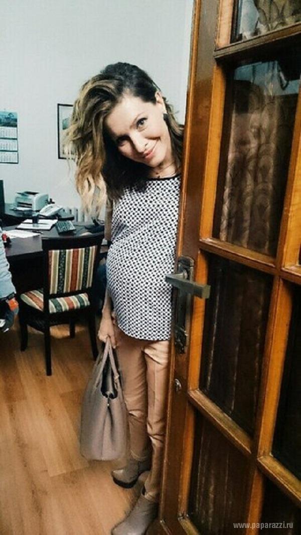 Елена подкаминская в кухне беременная