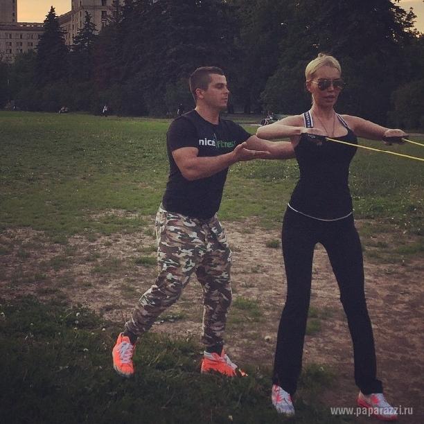 Маша Малиновская показала стройные ножки