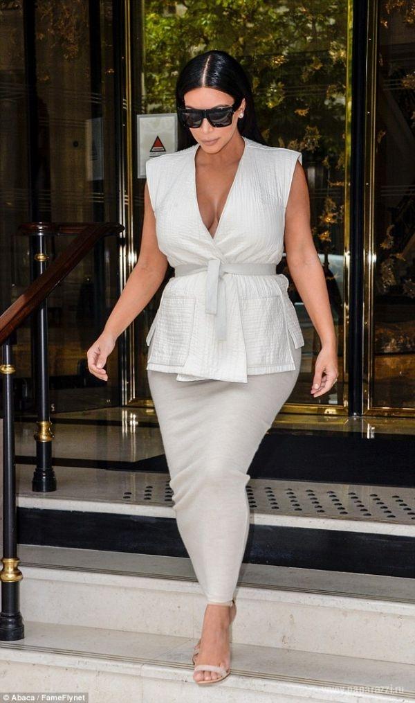 Беременная Ким Кардашян продемонстрировала огромную грудь и попу