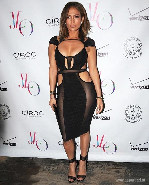 Дженнифер Лопес отметила день рождения в прозрачном платье на голое тело