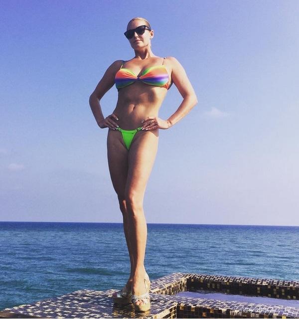 Анастасия Волочкова вновь поделилась фотографией в откровенных стрингах и рассказала, что поддерживает стройную фигуру с помощью яркого секса