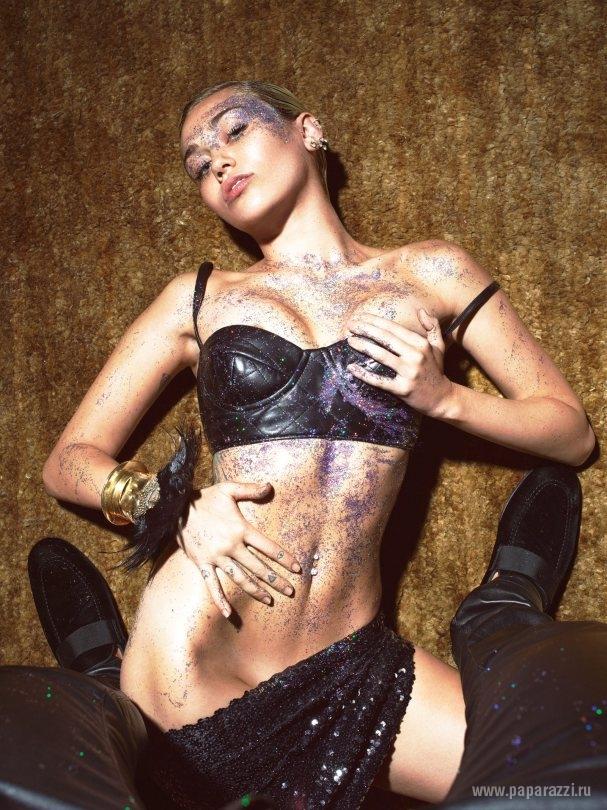 Стелла Максвелл накормила голую Майли Сайрус тортиком на страницах W Magazine