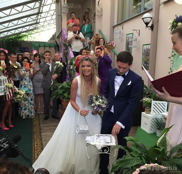 На своей свадьбе Дана Борисова украсила голову венком из живых цветов