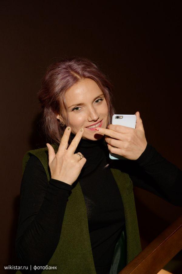 Ира Тонева тайно вышла замуж и показала фотографу неприличный жест