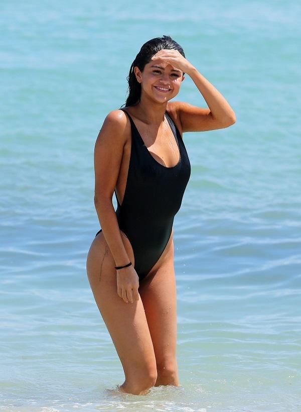 Неожиданно похудевшая Селена Гомес вышла на пляж в необычном купальнике