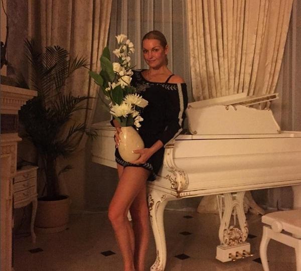 Анастасия Волочкова разбила ногой люстру и показала фото, где она обнаженная купается в ванной с Аришей