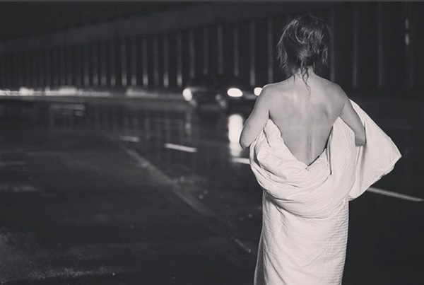 Ани Лорак оказалась обнаженной в одном одеяле посреди улицы