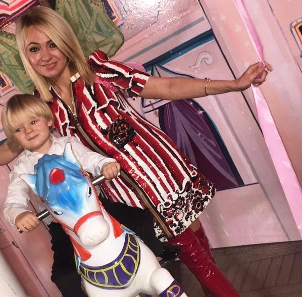 Яна Рудковская пришла на день рождения дочки Филипп Киркорова в вульгарных красных сапожках