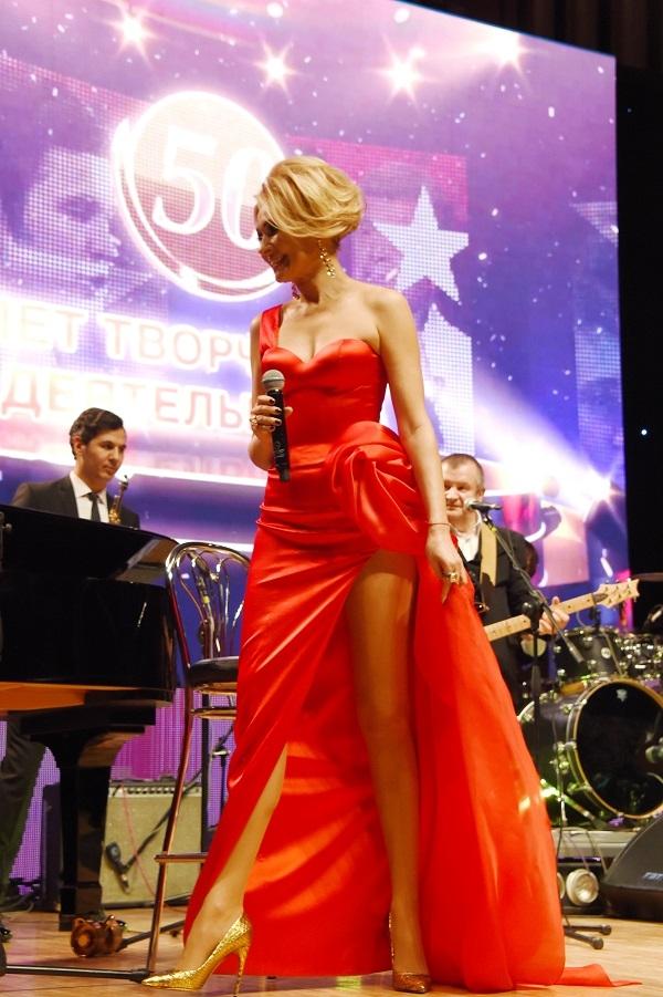Анжелика Агурбаш показала свои длинные ножки в платьях с разрезом