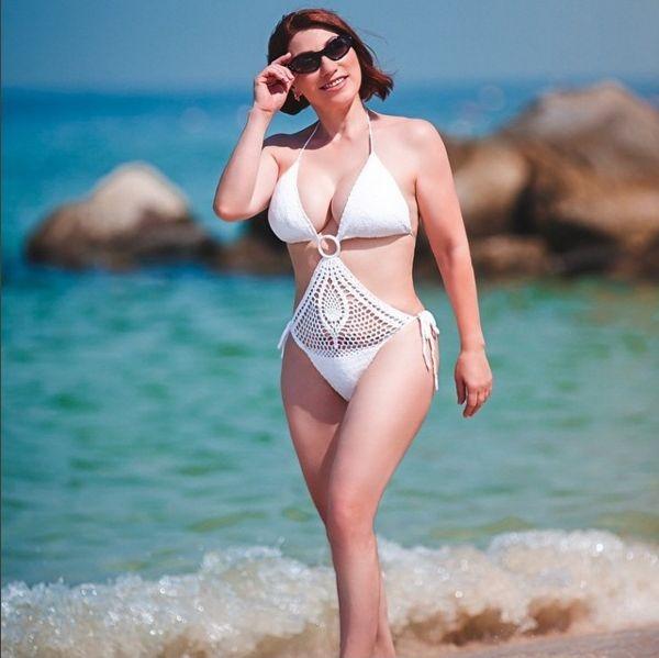 Виктория Крутая похвасталась фигурой в откровенном купальнике на пляже