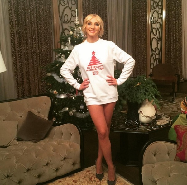 Кристина Орбакайте сфотографировалась без штанов уновогодней елки