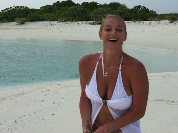 Анастасия Волочкова сделала вертикальный шпагат в стрингах и оголила грудь на пляже