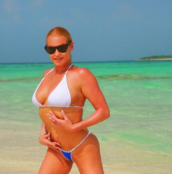 Анастасия Волочкова сделала фирменный шпагат в лодке и станцевала балет на пляже