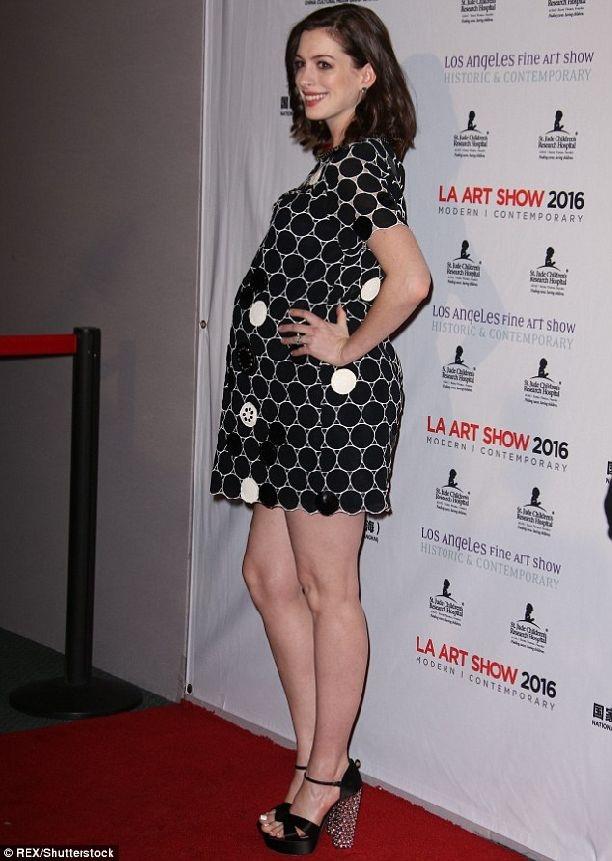 Беременная Энн Хэтэуэй появилась на красной в мини-платье ... энн хэтэуэй слили