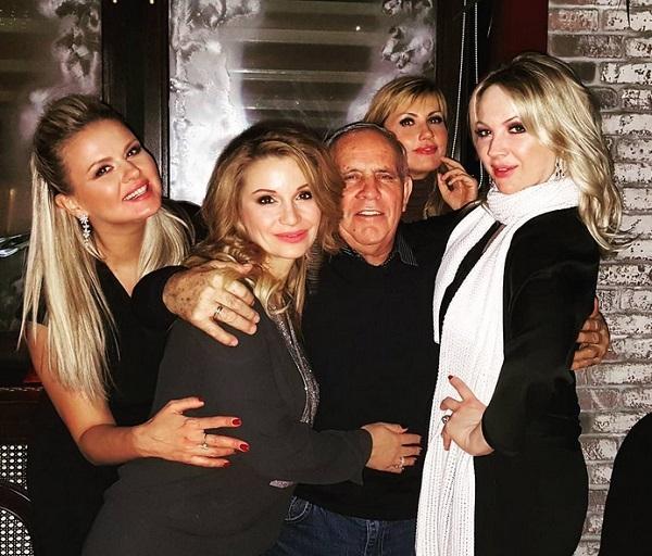 Стас Михайлов запечатлел своего папу в обществе знаменитых блондинок