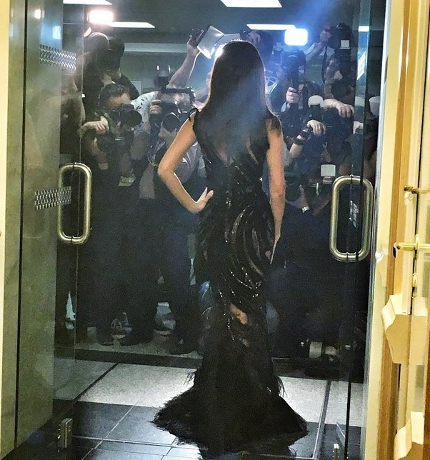 Зара появилась на концерте в прозрачном платье