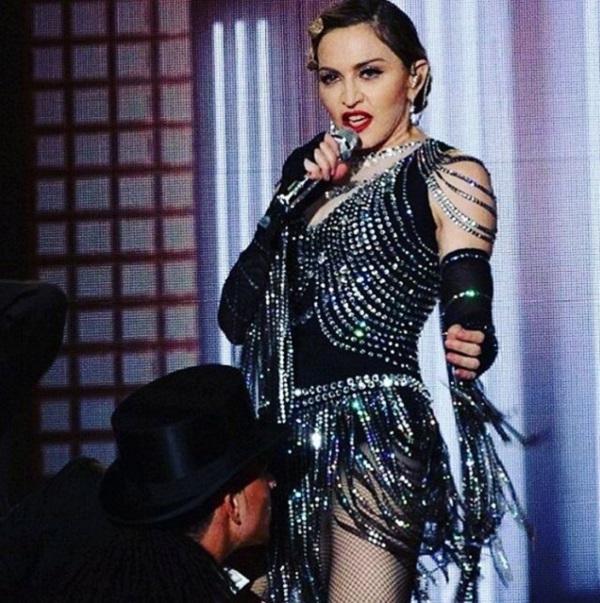 Мадонна обнажила грудь своей поклонницы прямо во время концерта (видео)