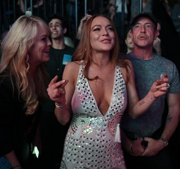 Грудь Линдси Лохан чуть не выскочила из платья на концерте в Нью-Йорке
