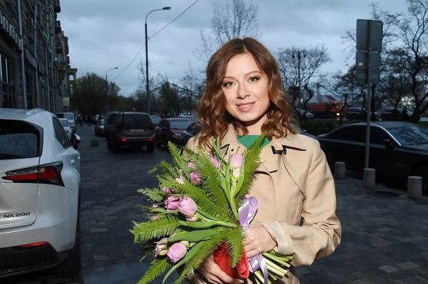 Юлия Савичева спрятала округлившийся животик под просторным платьем