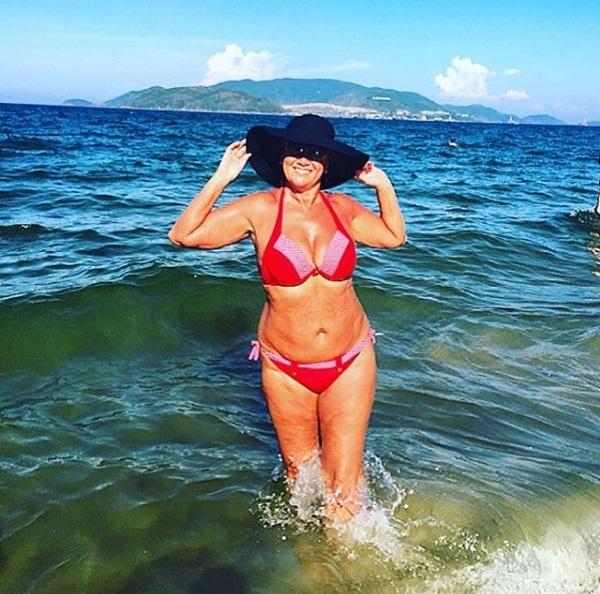 Несмотря на жуткую фигуру, Лариса Копенкина продолжает делать фотосессии в бикини