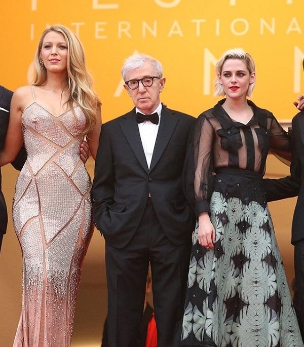На открытии каннского кинофестиваля Кристен Стюарт прикрыла обнаженную грудь накладными карманчиками