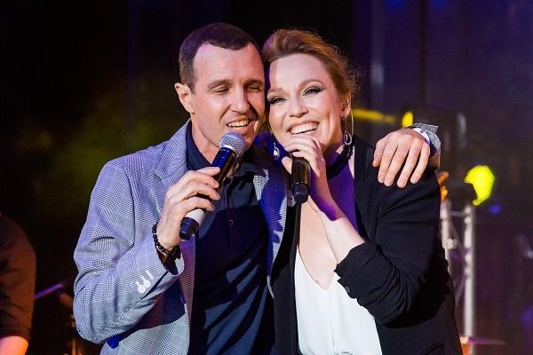 На вечеринке журнала L'OFFICIEL Игорь Верник активно обнимался с Альбиной Джанабаевой