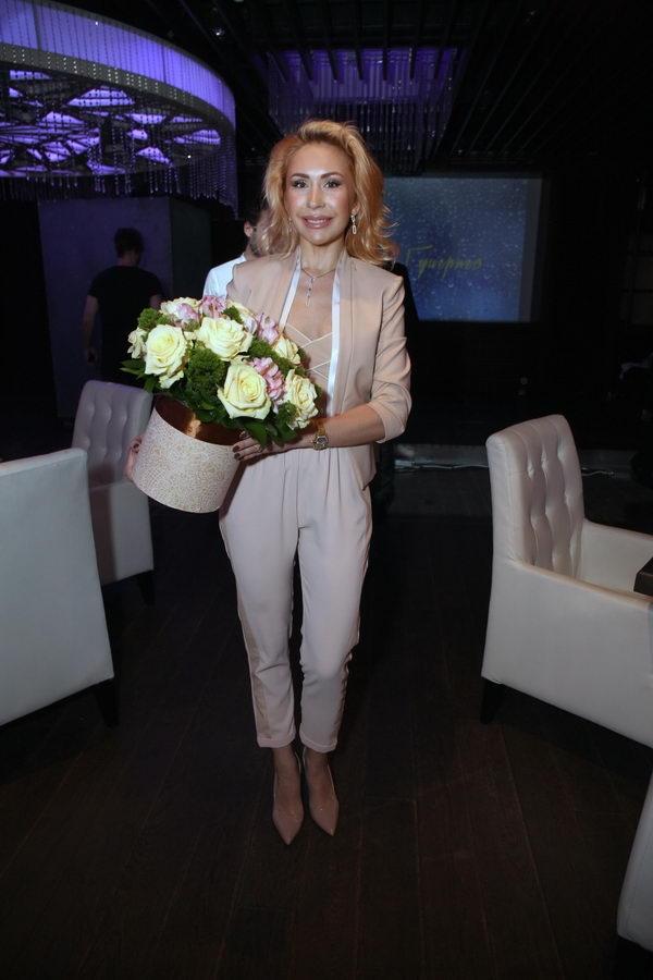Для  презентации клипа Анна Семенович подобрала танцовщиц своего размера