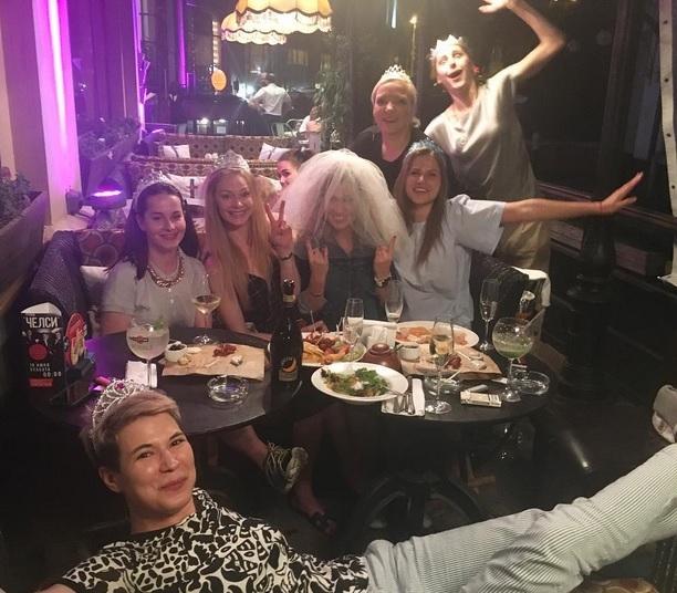 Вскором времени свадьба: эстрадная певица Юлия Топольницкая звезда «Экспоната» выходит замуж