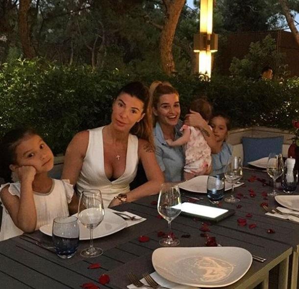 На отдыхе в Турции Ксения Бородина решила попробовать себя в роли певицы (видео)