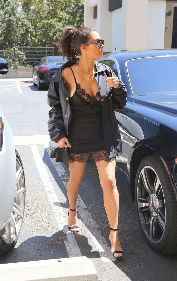 Ким Кардашьян вышла из дома в платье-сорочке и черном плаще