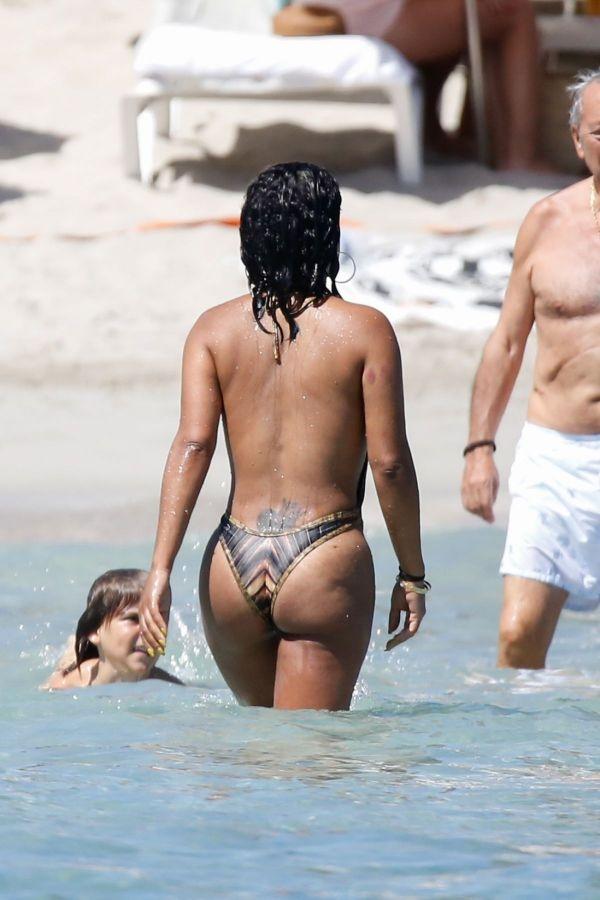 Кристина Милан надела купальник не по размеру