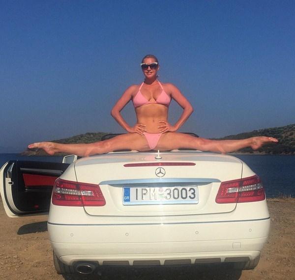 Анастасия Волочкова села на шпагат прямо на автомобиле