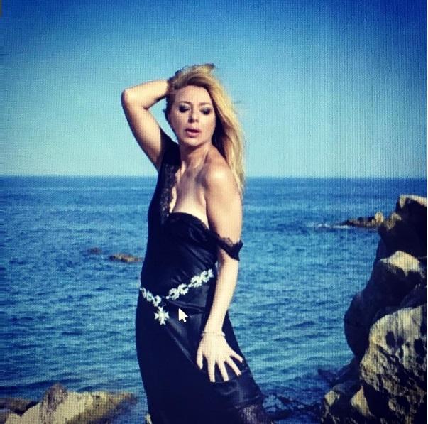 Алена Апина порадовала поклонников откровенной фотосессией