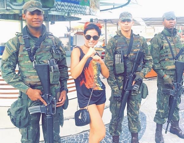 Нюша в бикини радуется солнцу и фотографируется в компании военных