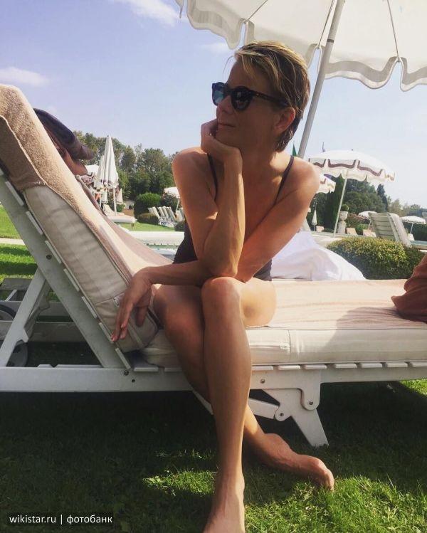 В сети появились фото Юлии Высоцкой в купальнике из Италии