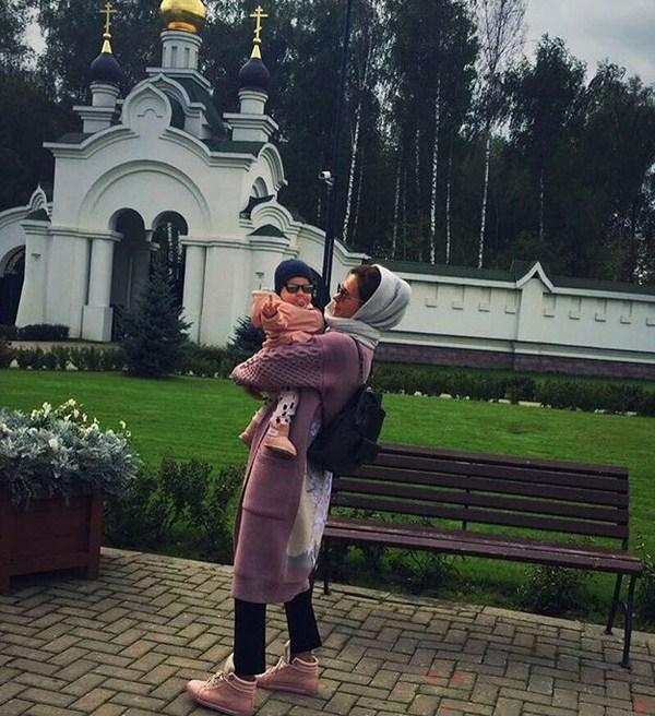 Многодетная мать Екатерина Климова впервый раз показала лицо меньшей дочери Бэллы