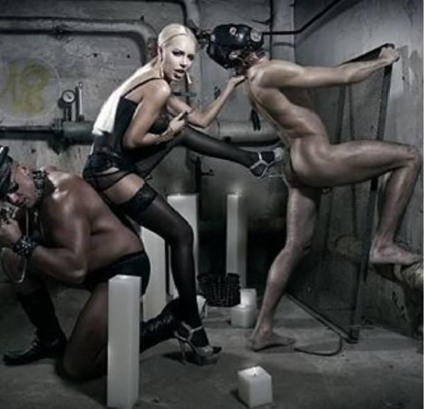 Фото садо мазо в черной комнате